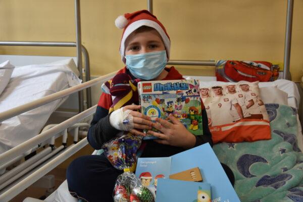 Prezenty z okazji dnia Św. Mikołaja dla pacjentów oddziałów dziecięcych Szpitala